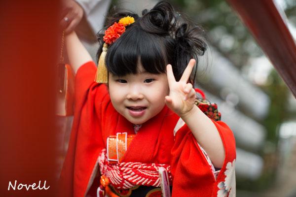 吉備津神社でピースする女の子