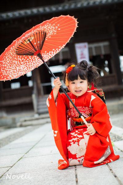 和傘で遊ぶ女の子