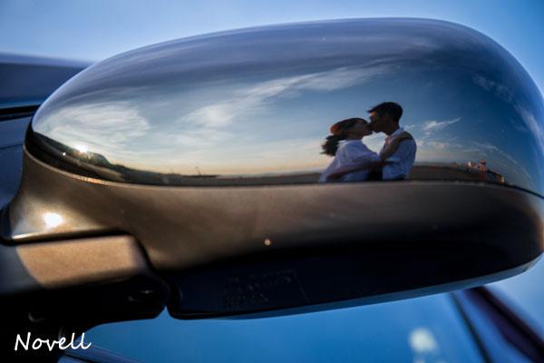 車のサイドミラーに写る二人